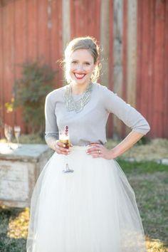 Helemaal hip & hot! #bruiloft #trouwen #inspiratie #trouwjurk #bruidsjurk #bruidsjapon #winter #vest #trui #wedding #dress #sweater #weddingdress Trouwjurk met trui | ThePerfectWedding.nl | Fotografie: Blue Barn Photography