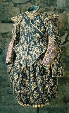 BRIEF DESCRIPTION  of Sweater violet silk atlas, belonging to Gustavus Adolphus.  NAME  Owner :Gustav II Adolf of Sweden  Dealers :Sebastian Lellij  Manufacturer :Baltzar Dinette  DATING  in 1620  OTHER KEYWORDS  shirt  COLLECTION OF THE  Royal Armoury  INVENTORY NUMBER  31303 (3351)