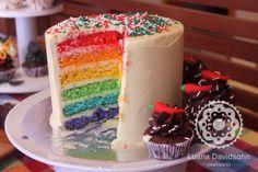 Bolo Arco-íris, feito com camadas de bolo coloridas!