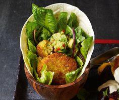 Frasiga ärtbiffar som påminner om falafel i smaken, men som görs på okokta gula ärter i stället för kikärter. Bjud med tortillabröd, sallad och guacamole och du har en nyttig och fräsch vegetarisk rätt som funkar utmärkt till fredagsmyset i stället för tacos.