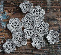 Mano crocheted florecillas, adornos hechos de lino puro.  Cada set contiene 10 flores. SET 1: pequeñas flores miden 3,5 cm/1.4 pulgadas de diámetro, flores mayor - 4,5 cm/1,8 pulgadas de diámetro. SET 2: todos mismo tamaño flores - 4,5 cm/1,8 pulgadas de diámetro.  Que sería perfectos para decorar la ropa, sombreros y bufandas, accesorios para el cabello y bolsos, ideales para proyectos de decoración hacer, scrapbooking o casa tarjeta.  Aquí hay otra lista con la misma flor de lino blanco…