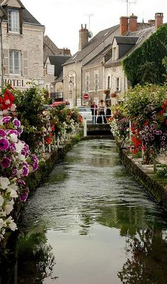The River Ru runs in the middle of the Rue du Ru in Beaugency, France • photo: Paul & Kelly on Flickr