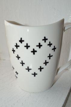 Hrnek srdce Bílý keramický hrnek s motivy srdcí tvořených z křížků. Možné mít v myčce.