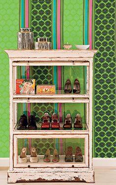 Os tecidos da designer inglesa Tricia Guild fazem diferença em qualquer decoração. Na produção de Suzel Fontes, ele reveste a parede e é evidenciado pelo móvel transparente