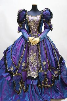 This is a very evil queen sequel type costume. Vintage Gowns, Vintage Outfits, Vintage Clothing, Beautiful Gowns, Beautiful Outfits, Pretty Outfits, Pretty Dresses, Fantasy Gowns, Medieval Dress