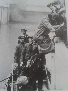 People being rescued during 1928 flood of Wapping. Vintage London, Old London, East End London, London Street, British History, Old Photos, Crime, Shots, Nyc