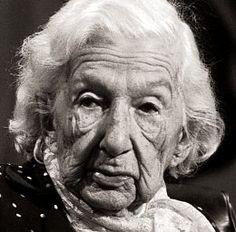 Cora Coralina, pseudônimo de Ana Lins dos Guimarães Peixoto Bretas, (Cidade de Goiás, 20 de agosto de 1889 — Goiânia, 10 de abril de 1985)