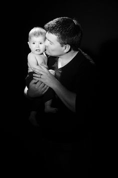 Pour une fois, c'est le papa qui est à l'honneur, parité oblige, maman métro boulot dodo, et Papa en congés parental . Shooting photo à offrir pour bébé et son Papa, studio Bain de Lumière Paris http://www.photosfashion.com/seance-photo-papa-bebe.html