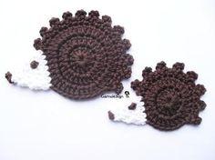Hedgehog applique pattern AWWWW - this reminds me of Craig! Appliques Au Crochet, Crochet Applique Patterns Free, Crochet Motifs, Baby Knitting Patterns, Crochet Stitches, Rose Applique, Crochet Gifts, Cute Crochet, Crochet Baby