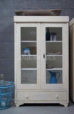 Vitrinekast 10197 - Origineel oude vitrinekast met een oud-witte kleur. De kast heeft een eenvoudige vormgeving met een sierlijk pootje. Achter de deuren drie vaste legplanken, onderin een lade.