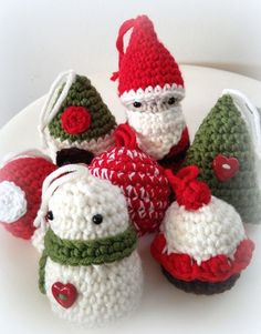Lady Crochet: These little ornaments are precious! Click above image at site for free patterns for all these! Crochet Christmas Ornaments, Holiday Crochet, Christmas Knitting, Crochet Gifts, Christmas Crafts, Christmas Decorations, Confection Au Crochet, Theme Noel, Christmas Love