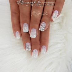 False nails have the advantage of offering a manicure worthy of the most advanced backstage and to hold longer than a simple nail polish. The problem is how to remove them without damaging your nails. Popular Nail Designs, Nail Art Designs, Glitter Nail Designs, Neutral Nail Designs, Silver Nail Designs, Popular Nail Colors, New Years Nail Designs, French Manicure Designs, Fingernail Designs