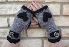gri-düğmeli-baykuş-desenli-parmaksız-eldiven-örgü-modeli Fingerless Gloves Knitted, Fabric Roses, Hand Warmers, Knitting Socks, Knitting Patterns, Knitting Ideas, Knitwear, Diy And Crafts, Panda