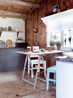 GJESTEKJØKKEN I GAMLEHYTTA: En gammel dør funnet i skjulet er blitt til en bordplate. Den er smurt inn med jernvitriol for å stå i stil til det røffe gulvet. Innredningen er snekret på stedet. Hyllen over vinduet og stolene er laget av Sidsels far. Gardin og kobbergjenstander er bruktfunn. Benkeplaten er malt med oljebeis i tjærebrun og satt inn med halvblank trestjernes lakk. En arbeidsbukk fra Biltema er satt inn med jernvitriol for å få en gammel patina som kler bordplaten og gulvet. Cabana, Scandinavian Design, Coffee Shop, Teak, Cottage, Rustic, Interior, Table, Furniture