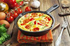 Dieses Low-Carb Omelett mit Tomaten, Paprika und Mozzarella und viele weitere gesunde Rührei und Omelett-Rezepte findest du auf Vitalkochen.