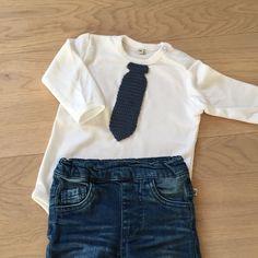 Gratis hækleopskrift – Baby Slips. Lørdagen stod på bryllup og det fineste tøj skulle findes frem. Selv om man ikke er ret gammel er vigtigt at se godt ud.