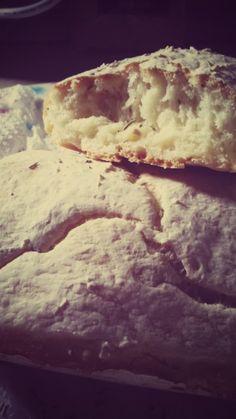 Il mio primo esperimento con il pane. Ciabattine al rosmarino. Appena sfornate. Direi che tutto è andato nel verso giusto.