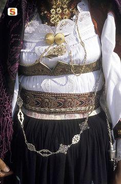 Sardegna DigitalLibrary - Immagini - Costume di Dorgali e gioielli in filigrana
