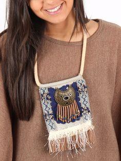 pechera con medallón color cobre, handmade, realizada con antelina, flecos y pasamanería en tonos marrones y azules