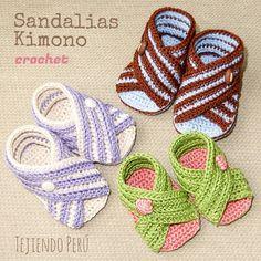 Mini video tutorial: sandalias Kimono tejidas a crochet para bebés (en 3 tallas)!!  Súper fáciles de tejer: hicimos la suela muy sencilla (recta!) y la parte de arriba es una tira rectangular  El enlace al video está en nuestro canal de YouTube esperosas)