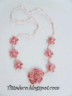 Collana con fiori e perle