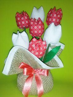 Peso de porta. Várias cores e estampas. confeccionado com juta e tulipas de tecido 100% algodão. Feito sob encomenda. Dimensão: Altura: 20 cm Pode também ser adaptado para arranjo de mesa floral. Frete via PAC ou SEDEX com desconto. R$ 18,90