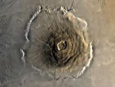 The Olympus Mons volcano on Mars with a height of 22 km is nearly two and a half times as high as Mount Everest. Its diameter is 600 km, which is about the distance between Berlin and Munich. Olympus Mons is thus the largest volcano in our solar system. Cosmos, Mars Facts, Electric Universe, Planets And Moons, Unique Facts, Interesting Facts, Amazing Facts, Universe Today, Space And Astronomy