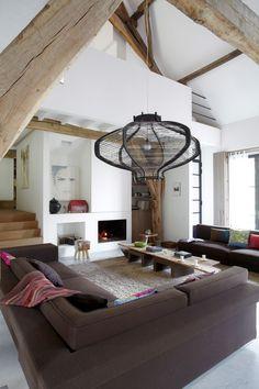 Acest fost hambar din Franța, abandonat de aproape un secol, a fost folosit inițial de proprietari ca și garaj. A rhitectulWouter Lu...