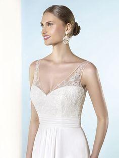 Marylise neptune, collectie 2016 Ideale trouwjurk voor een strandhuwelijk of zomers trouwfeest. Heel romantisch is de mooie V-vorm halslijn en ook de achterkant van deze top heeft deze V-vorm. De rechtvallende rok valt zeer soepel vanwege de mooie zachte chiffon.