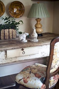 Shabby Chic Home Interiors – Decorating Tips For All Ivy House, Home And Deco, French Decor, My New Room, Upholstered Chairs, Vintage Home Decor, Vintage Interiors, Cottage Style, French Cottage
