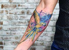 Tatuagem feita por Paulo Victor Skaz de Recife.    Pássaro super colorido no braço.