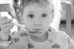 La dietista Mari Carmen Ramírez nos cuenta qué es la desnutrición infantil, sus causa y repercusiones y nos muestra una campaña para combatirla