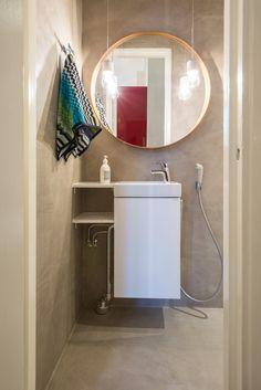 Suunnittelemani wc, jossa iso pyöreä peili ja kattovalaisimet peilin edessä avartavat kapeaa tilaa.