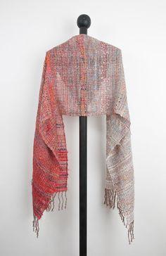 Main tissé écharpe en Mohair, Cachemire et laine dagneau avec des threads supplémentaires pour les effets. Cette écharpe légère est fabuleuse melange de couleurs peut être porté en robe ou jouer.  Ce que vous voyez sur les photos est très fidèle à la couleur réelle. Les photos sont faites par le photographe professionnel. Dimensions : 23 x 87 (58 cm x 220 cm) comprennent des franges torsadées à la main.    Soins : Tous mes produits peuvent être lavés sur un programme délicat à laide de…