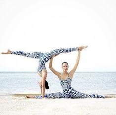 Yoga Clothes : Le yoga en pleine nature des soeurs Kimberly et Cristen 2 Person Yoga Poses, Yoga Poses For Two, Yoga Poses For Beginners, Acro Yoga Poses, Partner Yoga Poses, Dance Poses, Ashtanga Yoga, Bikram Yoga, Zen Yoga