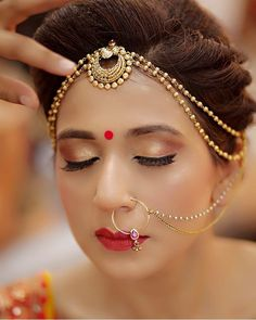 Ideas For Makeup Glam Bridal Indian Wedding Jewelry, Indian Wedding Outfits, Indian Jewelry, Bridal Jewelry, Tikka Jewelry, Hair Jewellery, Indian Weddings, Pearl Jewelry, Jewelery