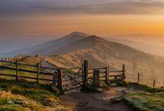 Sunrise on Mam Tor In the Peak District was definitely worth the early start. I had a lovely morning walk, and captured some amazing landscape photography.