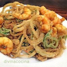 Para preparar los llamados 'Calamares del campo' o fritura de la huerta, separamos bien los aros de cebolla. Secamos la verdura un poquito con papel de cocina para que no salte en el fuego y quede crujiente.