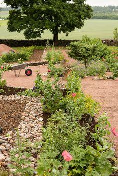 Hernepensaskujanteella asustaa onnellisesti puutarhaan hurahtanut perhe. Vuonna 1902 valmistunut vanha kansakoulu sai uuden elämän 2008 muuttaessamme tänne peltomaisemien ja jokiuomien ympäröimään kauneuteen. Potagerissa sykkii blogin sydän. Potagerin innoittajana toimii englantilaisten puutarhojen runsaus, ranskalaisten keittiöpuutarhojen symmetrisyys ja historiallisten puutarhojen suuruudenhulluus. Potagerin jatkoksi on tuloillaan muotopuutarha säleikköpuineen ja ruukkutarhoineen.