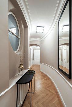 UNA plant hat diese klassische Altbauwohnung eingerichtet und daraus eine gemütliche Stadtoase geschaffen Lounge, Interior Design Studio, Luxury Living, Oversized Mirror, Furniture, Home Decor, Decorating, Water, Airport Lounge