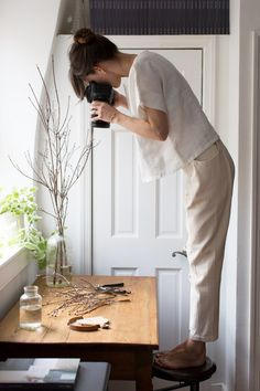a signature collection with elizabeth suzann. – Reading My Tea Leaves – Slow, simple, sustainable living. Style Working Girl, Erin Boyle, Kreative Portraits, Foto Art, Clothing Labels, Signature Collection, Work Pants, Mode Style, Look Fashion