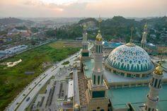 Samarinda Islamic Center Mosque in Samarinda, East Kalimantan, Indonesia Islamic Architecture, Art And Architecture, Islamic Center, Beautiful Mosques, East Indies, River Bank, Place Of Worship, Islamic Art, Vacation Destinations