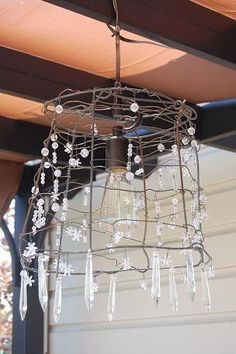A tomato cage chandelier! or use a wire wastebasket and attach beads and crystals Diy Lustre, Diy Lampe, Deco Luminaire, Diy Chandelier, Chandeliers, Handmade Chandelier, Suncatcher, Tomato Cages, Creation Deco