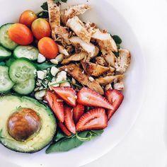 "(@myhealthyobsession): ""Summer salads Don't be afraid to mix fruit with vegetables. If you want to change up your…"" strawberry chickensalad jordgubbar kycklingsallad avokado körsbärstomater gurka sallad kyckling"