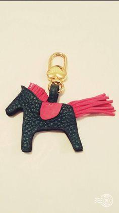 Le chouchou de ma boutique https://www.etsy.com/fr/listing/563566153/porte-cles-cheval