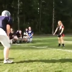 The way it should be done - Woman Rugby Player vs Male Football Player !Hugs and Pins Rugby Vs Football, Girl Football Player, Football Girls, Football Players, Rugby Sport, Tackle Football, Soccer, Best Rugby Player, Rugby Players