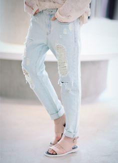Today's Hot Pick :ミントディストロイド加工バギーパンツ http://fashionstylep.com/SFSELFAA0015816/coiija/out 伸縮性のないコットン素材を使ったデニムバギーパンツです。 前後に入った大胆なスクラッチ加工がスタイリッシュなアイテム☆ 余裕たっぷりのルーズなシルエットで楽な履き心地に♪ 裾はナチュラルカットで仕上げたヴィンテージ風デニムバギーパンツ!!