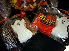 Cute Peeps Ghosts make wonderful treats for any goblins that ring your doorbell this Halloween. Halloween Peeps, Holidays Halloween, Halloween Treats, Happy Halloween, Halloween Party, Halloween Stuff, Holiday Treats, Holiday Parties, Holiday Fun