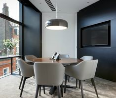 London Office Design >> Meeting Room >> We love the luxurious feel of this meeting room Luxury Office Chairs, Luxury Chairs, Home Developers, Showroom Interior Design, Black Dining Room Chairs, White Chairs, Circular Table, Contemporary Office, Floor To Ceiling Windows