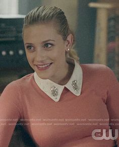 Betty's pink sweater with embellished collar on Riverdale Betty Cooper Riverdale, Riverdale Cheryl, Riverdale Archie, Vanessa Morgan, Lili Reinhart, Pretty Little Liars, Betty Cooper Aesthetic, Betty Cooper Outfits, Where To Buy Clothes